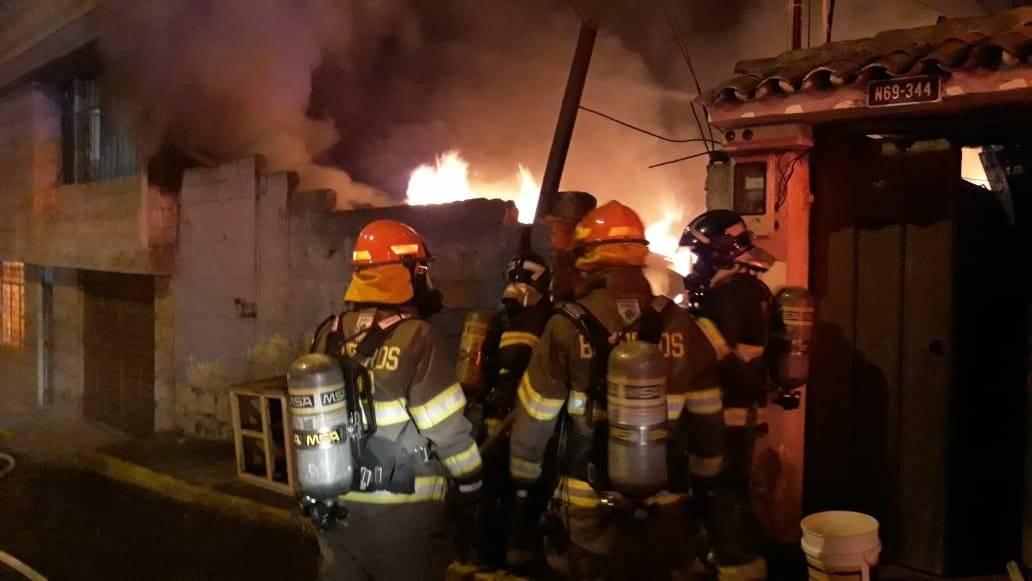 Bomberos realizan labores en el incendio estructural se registró en sector de El Condado
