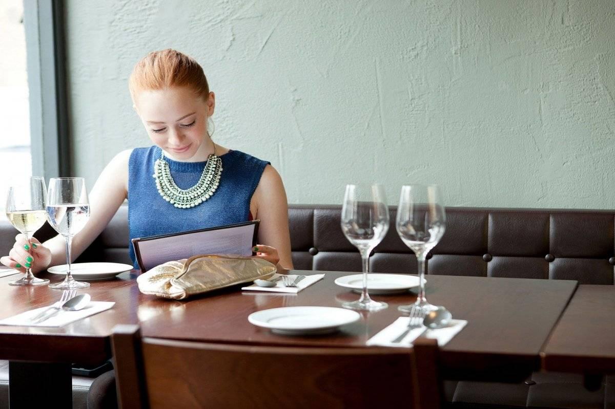 Mujer sola restaurant
