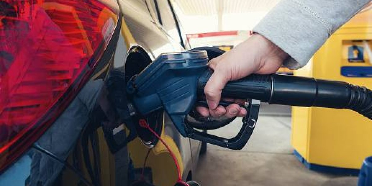 """Encuesta dice que 73,8% de ecuatorianos rechaza subida de la gasolina """"súper"""""""