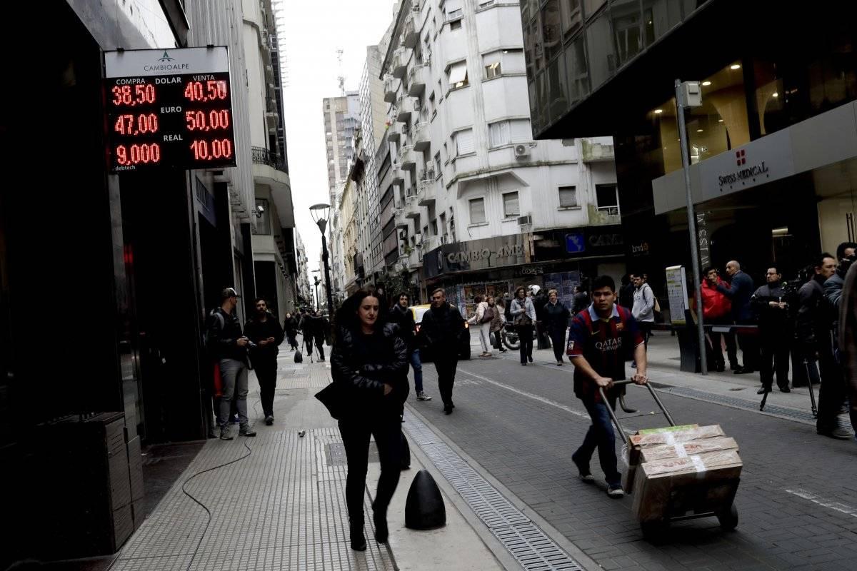 Argentina es un país que necesita dólares financieros porque no genera los suficientes a través de exportaciones o inversiones. Foto: AP