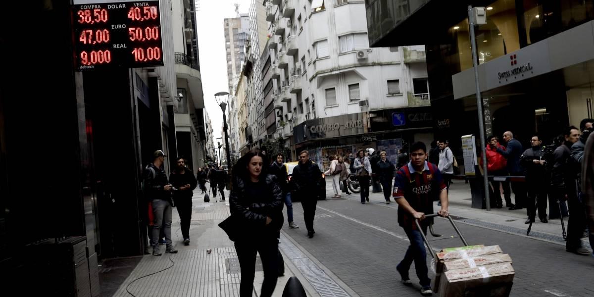 Crisis económica en Argentina: peso cae 10.72% frente al dólar en un día