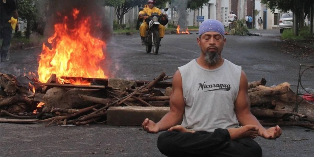 Hace yoga en medio de protestas en Nicaragua