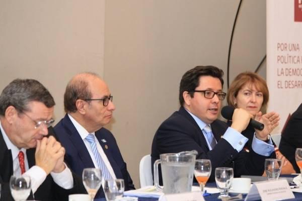 El ministro de Finanzas, Julio Héctor Estrada, participó en el foro que organizó Asíes e Icefi.
