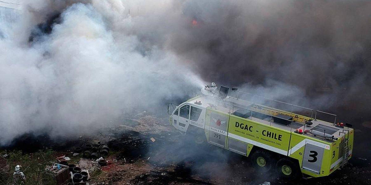 Nube tóxica en Maipú: llamaron a camión de combate para atacar con espuma el fuego