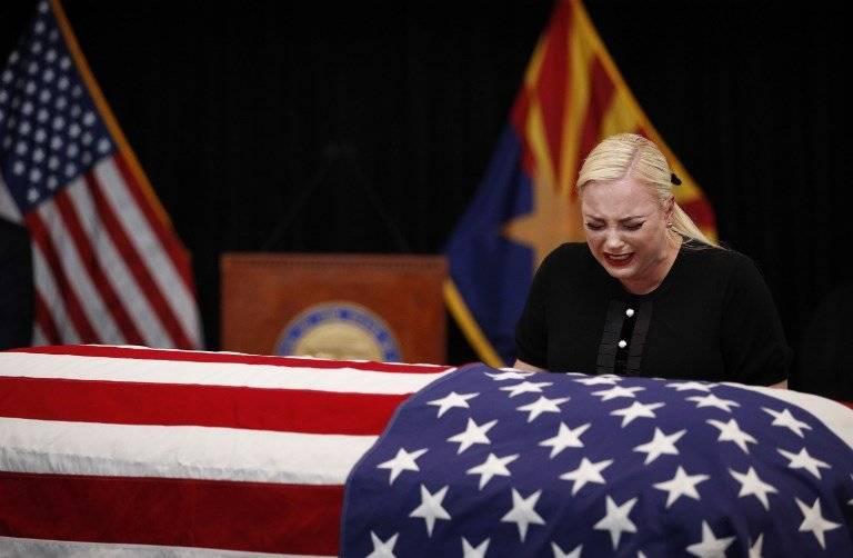 Meghan McCain llora junto al ataúd de su padre