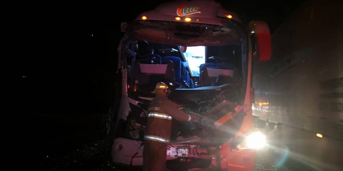 Autobús se estrelló contra la parte trasera de un tráiler cerca de Tepatitlán