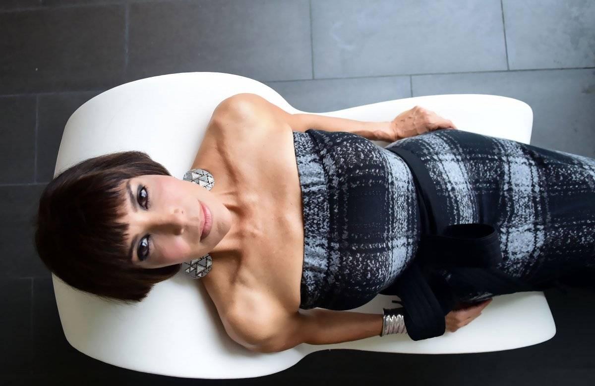 Vestido: traje largo gris y negro, del diseñador José Raúl | Arreglo: David Lang | Stylist: José Joey Cruz | Foto: Dennis Jones