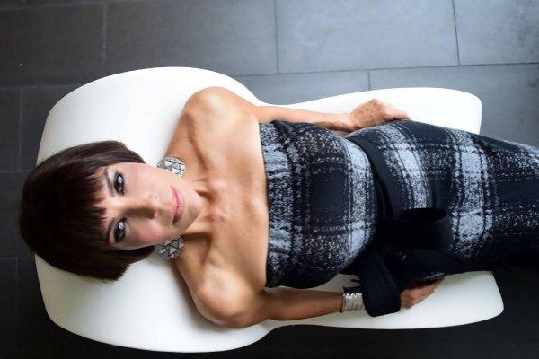 Vestido: traje largo gris y negro, del diseñador José Raúl | Arreglo: David Lang | Stylist: José Joey Cruz Foto: Dennis Jones