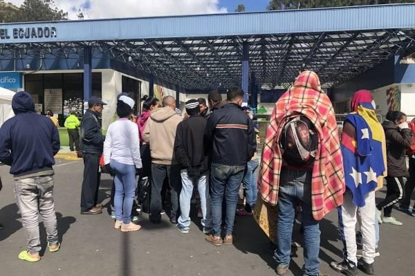 Cientos de venezolanos esperan a las afueras que migración los deje continuar su camino con la Carta Andina, al considerar imposible regresar a su país para apostillar su cédula, en Tulcán