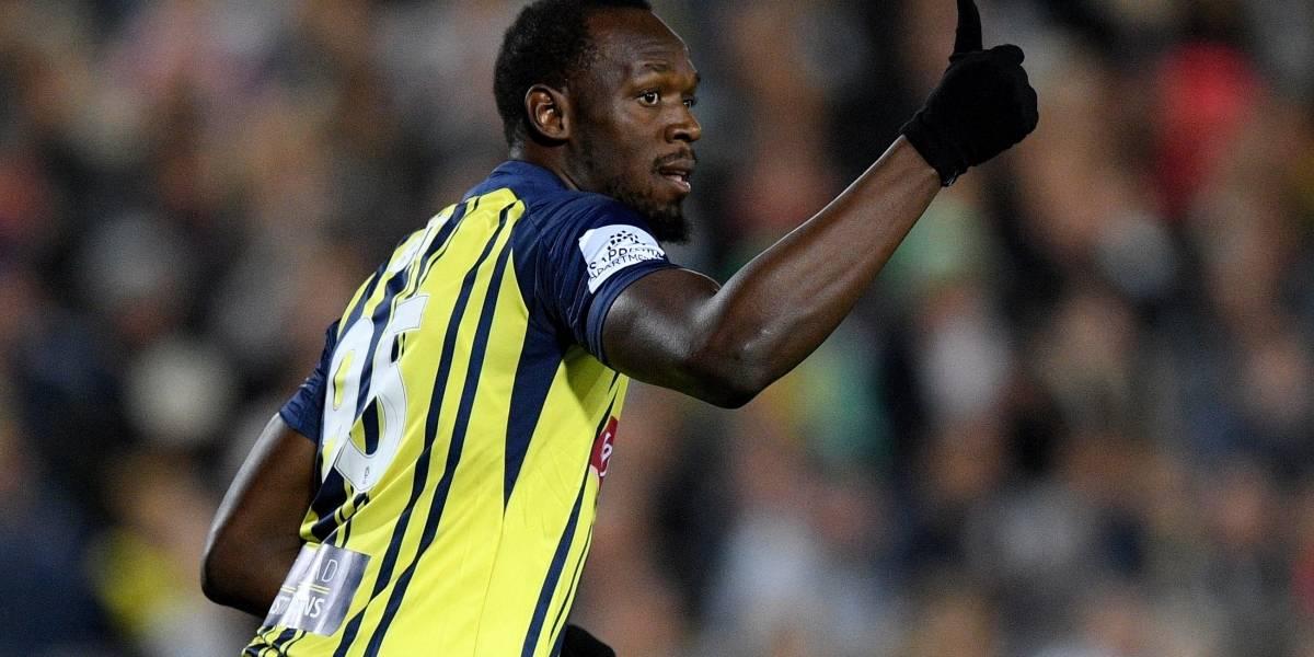 Usain Bolt falló un gol en su debut como futbolista