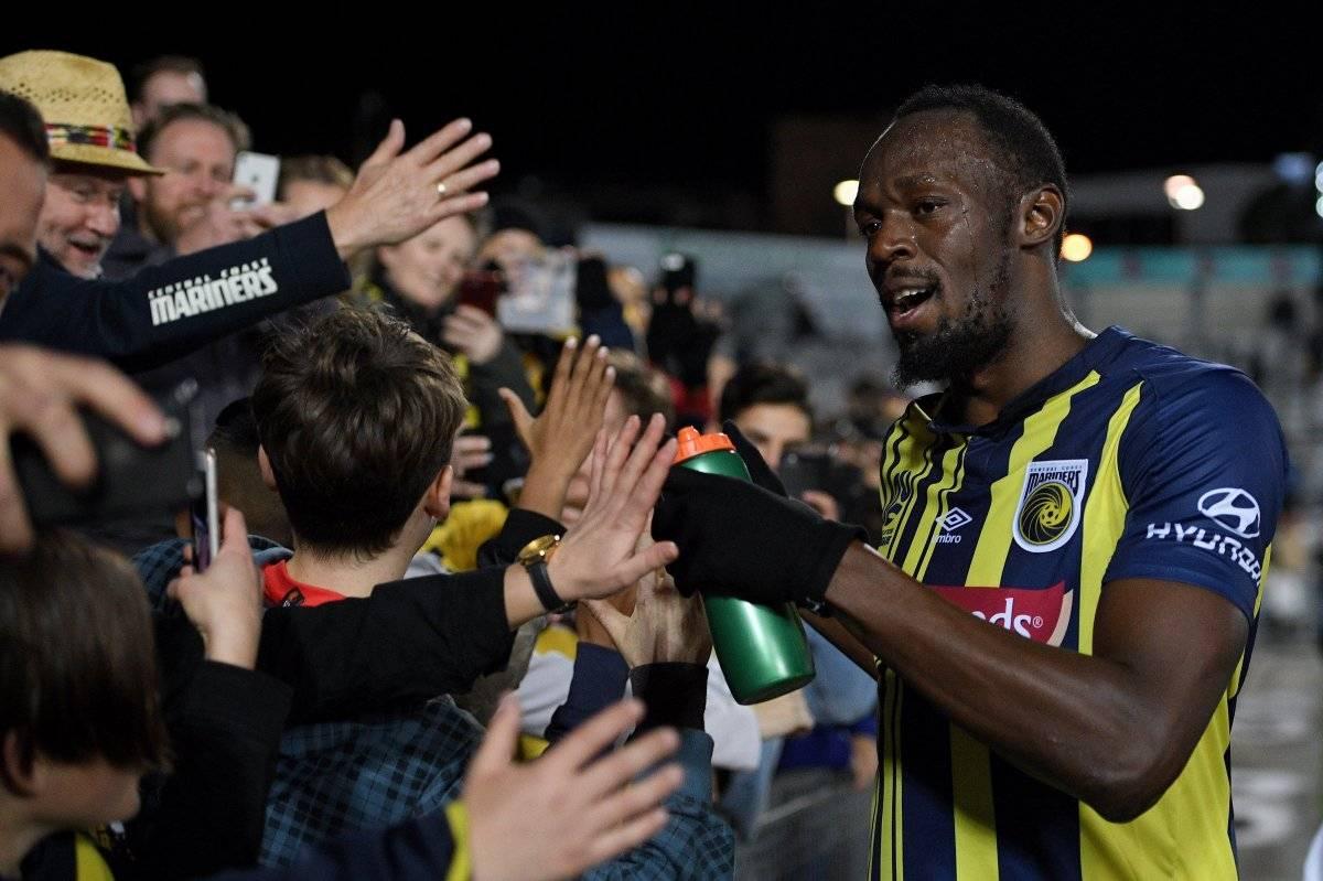 El exatleta jamaicano Usain Bolt (c), con la camiseta de los Mariners, durante el partido de fútbol contra el Central Coast Select