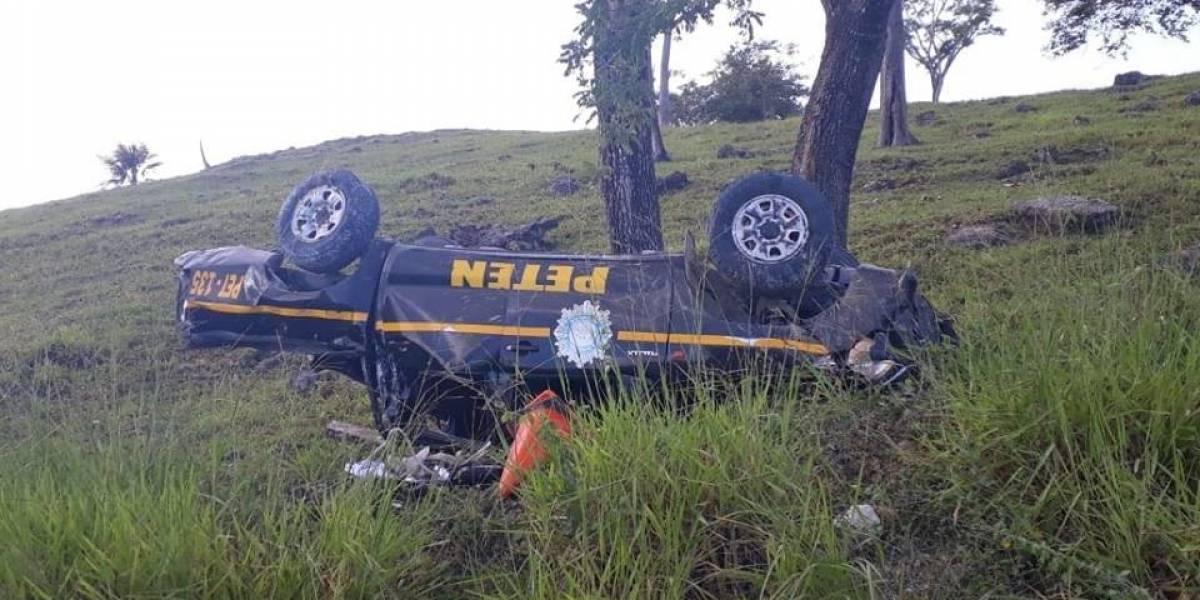 Elementos de PNC se accidentan durante persecución en Petén y uno muere
