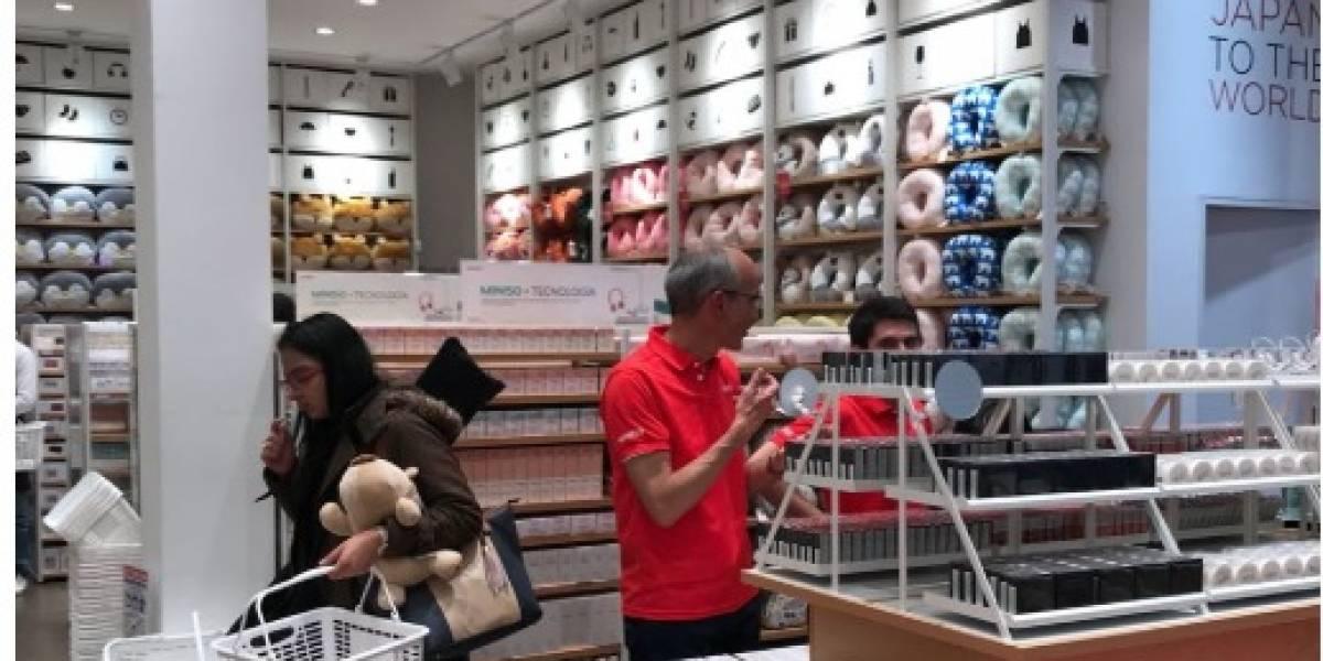 Filas para comprar en tienda japonesa low cost en Zona T