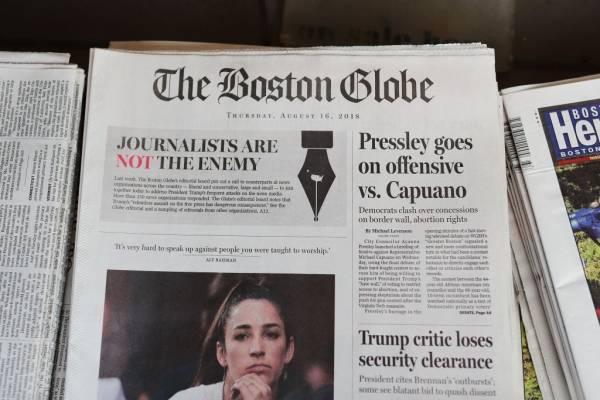 Un hombre fue detenido hoy en California, EE. UU., por amenazar recurrentemente a los trabajadores del icónico diario The Boston Globe. Fue identificado como Robert Chain, de 68 años.