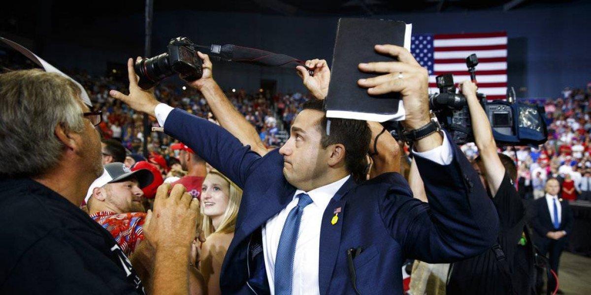 Voluntario de Donald Trump impide que fotógrafo tome foto