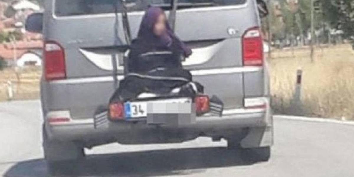 Hombre llevaba a su hija atada al portabicicletas de su camioneta