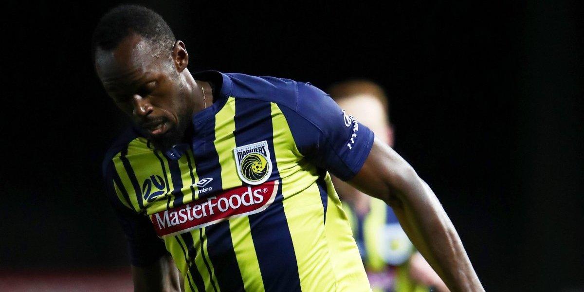 VIDEO: Usain Bolt debuta como futbolista y se pierde gol por 'lento'