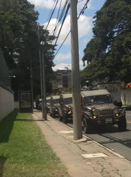 Jeeps transitaron frente a la sede de la CICIG. Foto: Cortesía