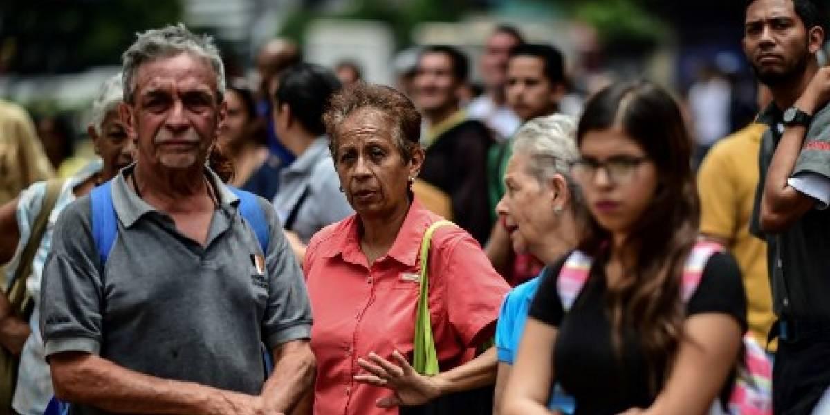 Ancianos bloquean calles en Venezuela para exigir el pago de su pensión