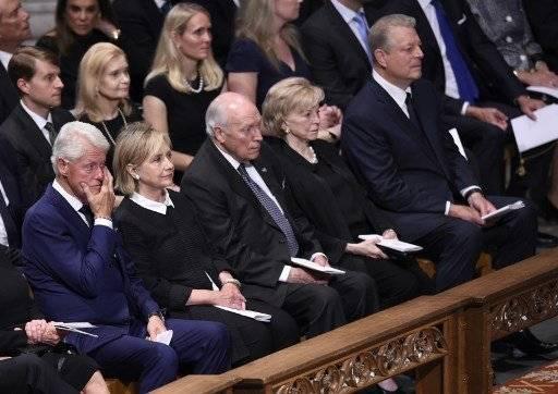 El expresidente Bill Clinton y su esposa. AFP