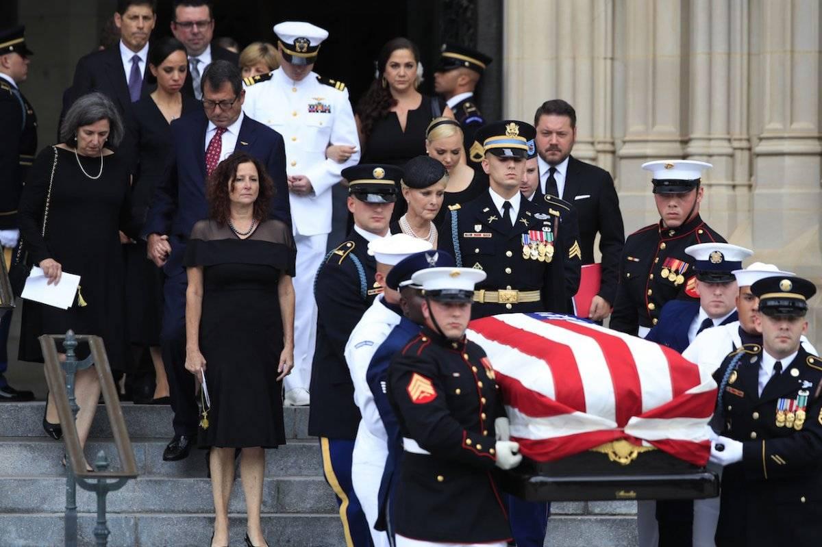 el sábado 1 de septiembre de 2018, después de un servicio conmemorativo, como lo hacen Cindy McCain y otros miembros de la familia Foto: AP