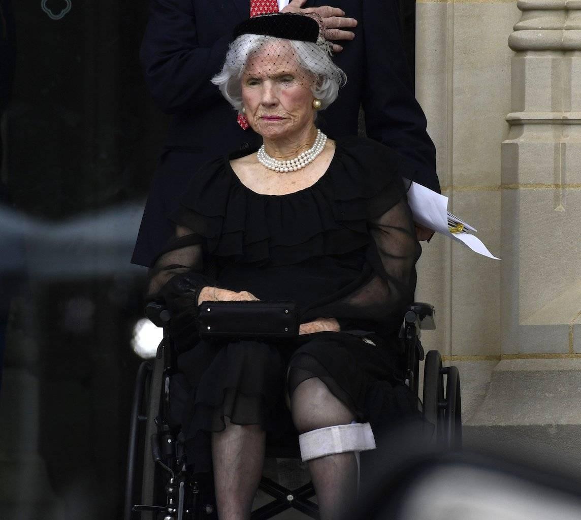 Roberta McCain, madre del senador John McCain, republicano de Arizona, observa mientras su funeral se lleva a cabo en la Catedral Nacional de Washington en Washington, Foto: AP
