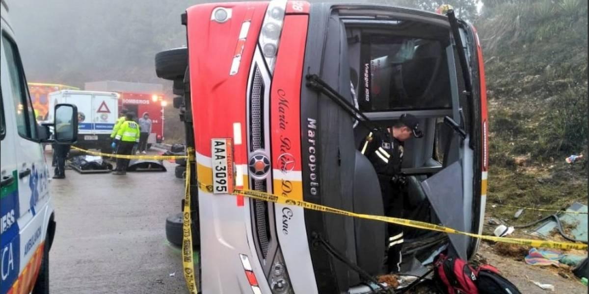 Ascienden a diez fallecidos y 16 heridos en accidente de tránsito en Azuay sector Gañadel