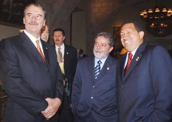 Además de Chávez, con el ex presidente Vicente Fox Foto: Getty Images