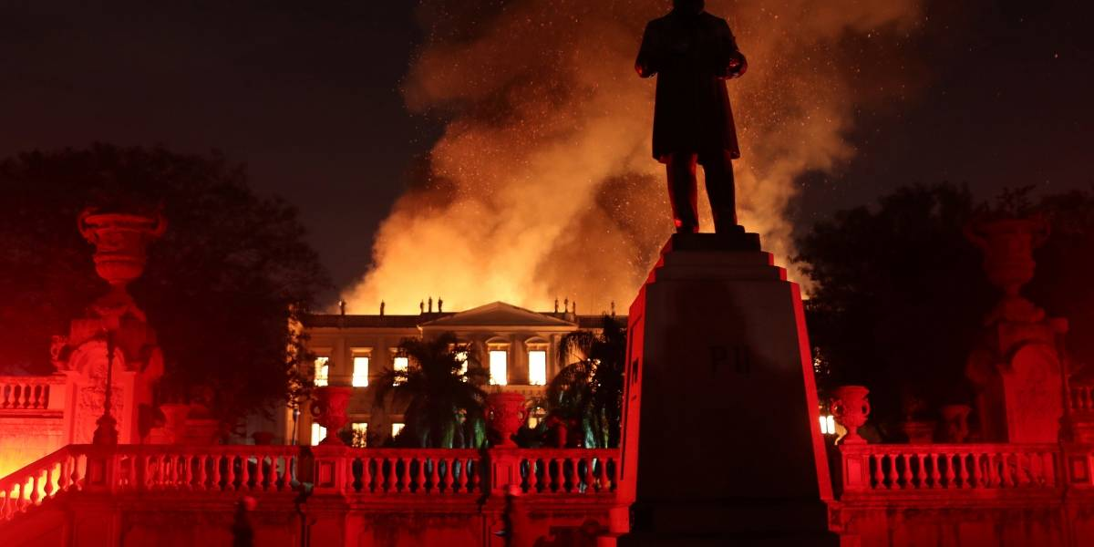 Incêndio no Museu Nacional: parte do teto já desabou