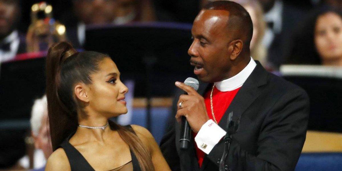 Pastor que ofició funeral de Aretha Franklin se disculpa con Ariana Grande por toqueteo en plena ceremonia