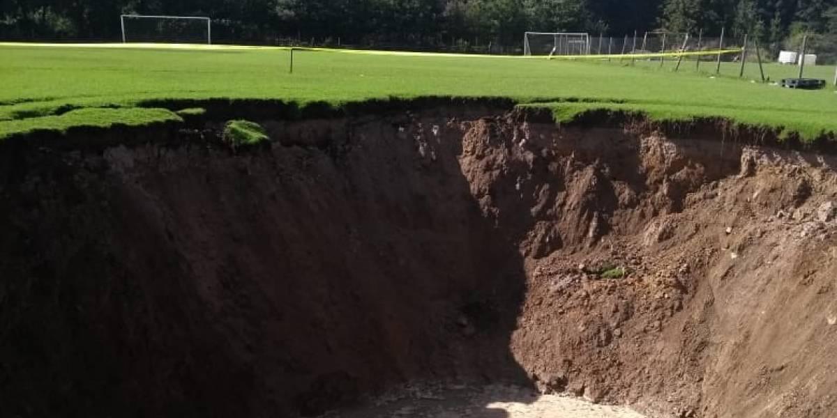 Se forma socavón en cancha de futbol en Cuajimalpa