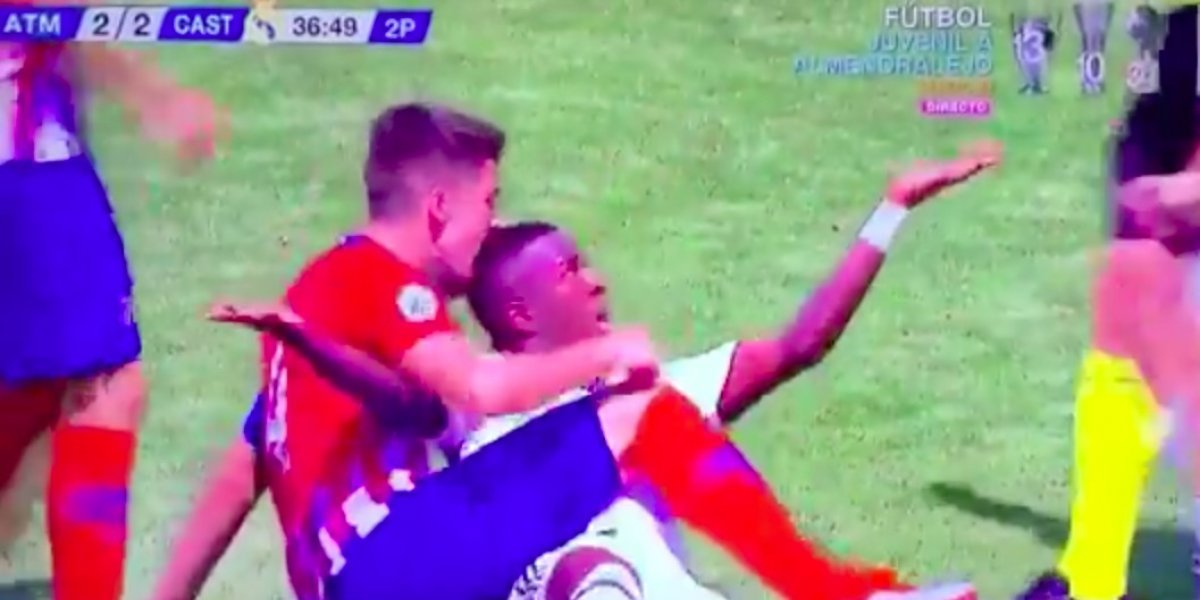 VIDEO: Defensor muerde la cabeza de un rival en el Derbi Madrileño