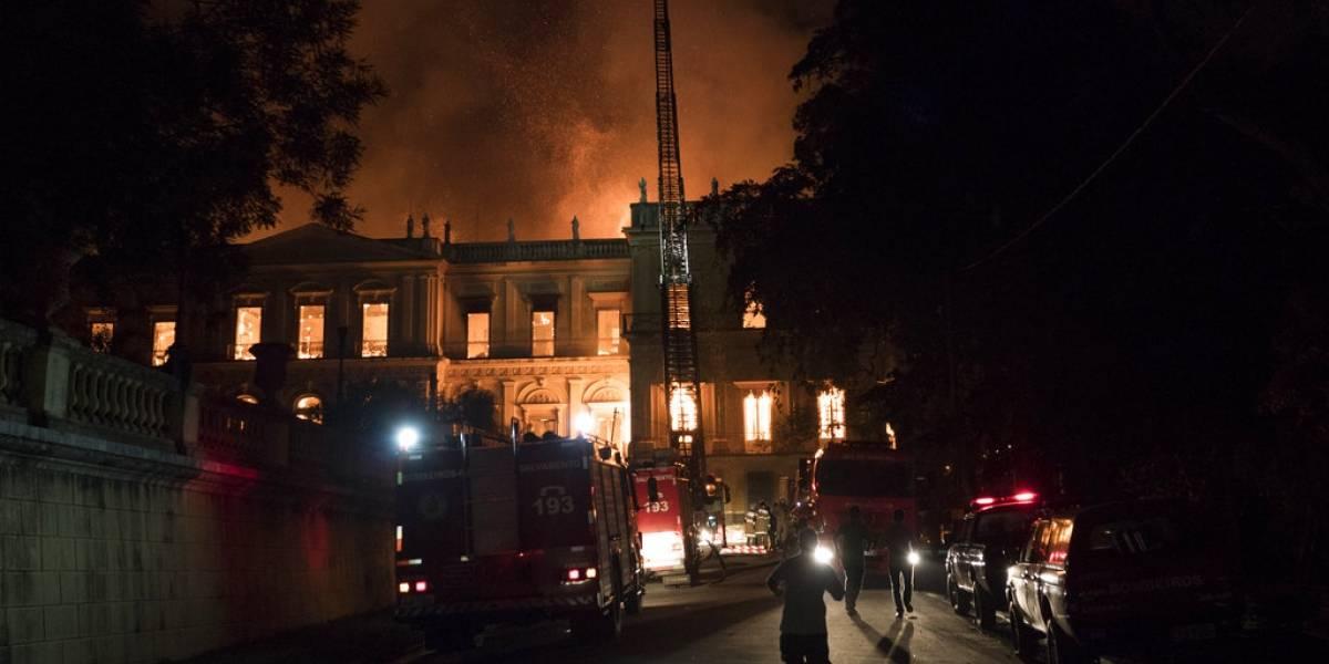 """""""200 años de trabajo y conocimiento se han perdido"""": dantesco incendio arrasa con Museo Nacional de Brasil"""