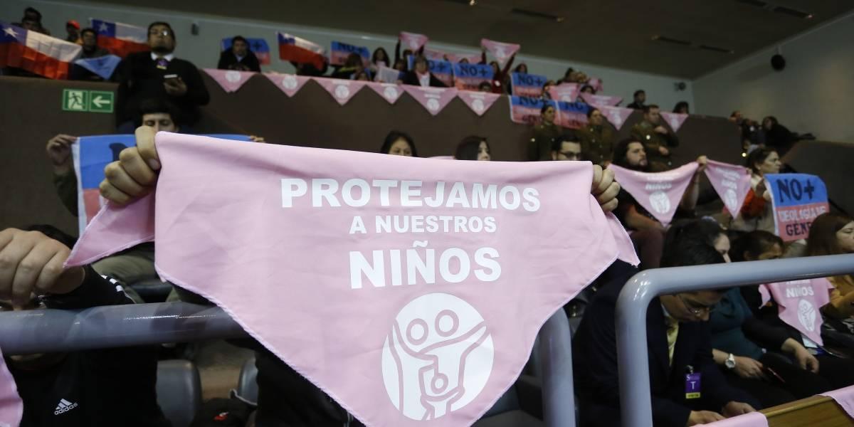 """Con pañoletas rosadas protestan contra el cambio de sexo en menores: """"Lo que queremos es que dejen a los niños ser niños"""""""