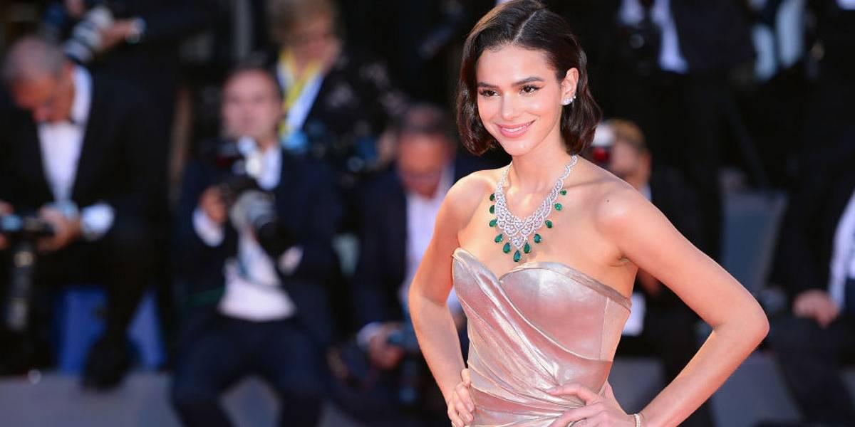 Bruna Marquezine usa vestido de fios de ouro no Festival de Veneza