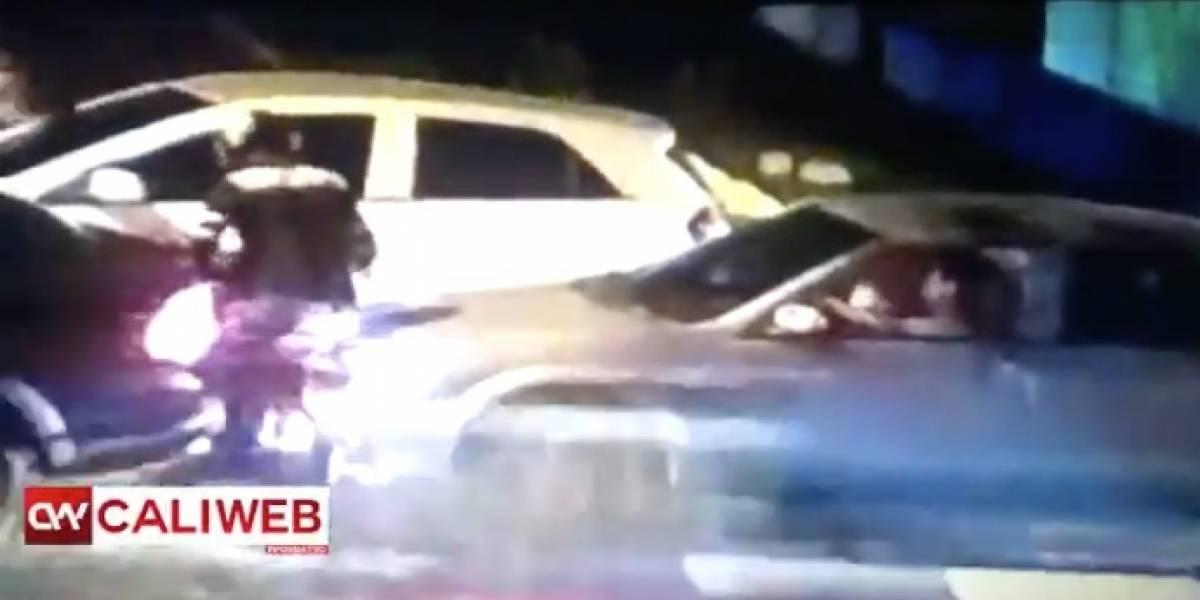 Delincuente le quiso robar el celular, pero ella lo aprisionó con su carro