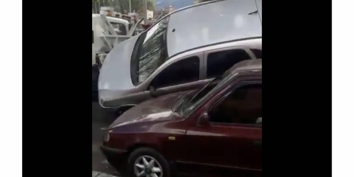 Carro que iba en grúa quedó mal amarrado y cayó encima de otro en Bogotá