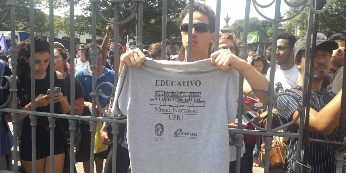 Manifestantes se concentram em frente ao Museu Nacional, no Rio