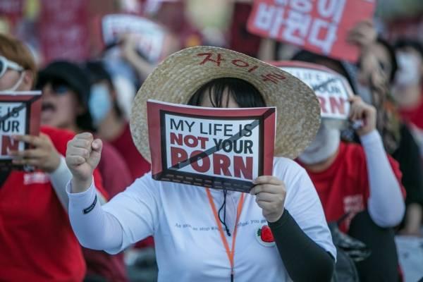 Esta decisión llega después de las protestas por el número récord de mujeres que piden más acción para hacer frente al aumento del voyeurismo en el país.