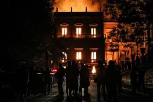 De acuerdo con su página web, el museo tiene más de 20.000 artefactos relacionados con la historia de Brasil y otros países. Muchas de las colecciones habían pertenecido a la familia real de Brasil. Robadey dijo que los bomberos tuvieron problemas al ini