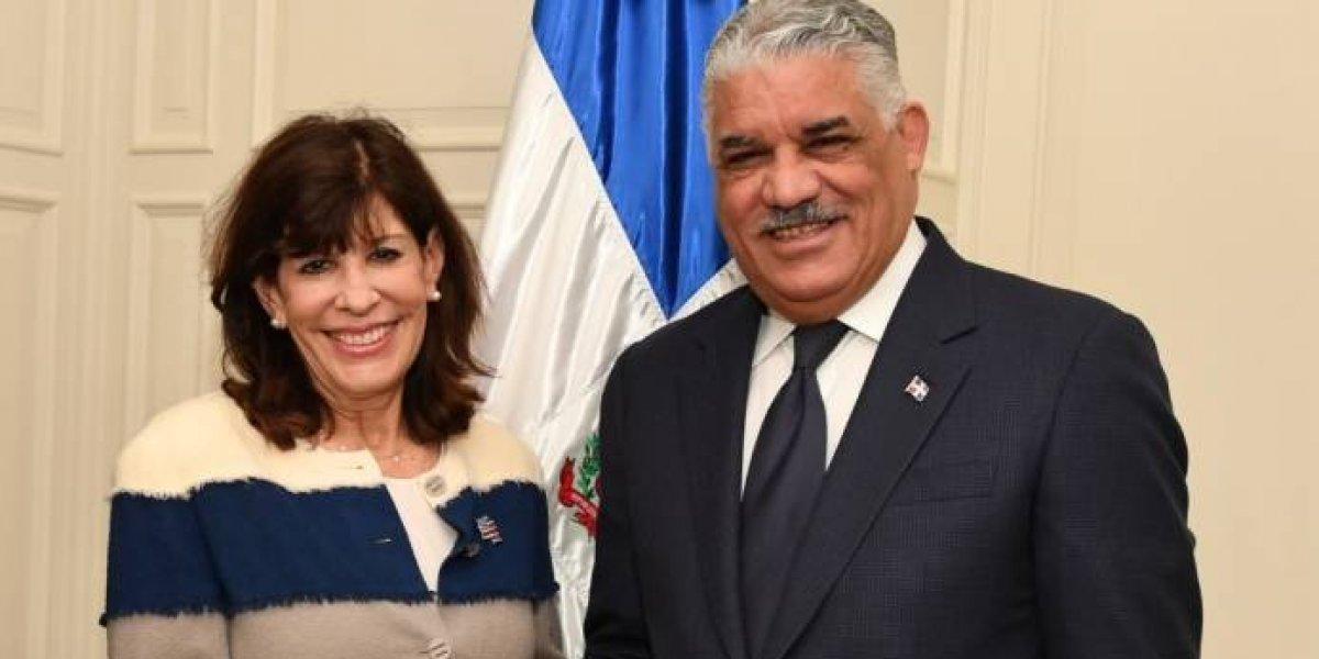 Nueva embajadora de Estados Unidos en RD presenta copias de estilo