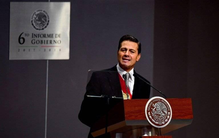 Enrique Peña Nieto saluda tras dar su mensaje por su sexto Informe de Gobierno