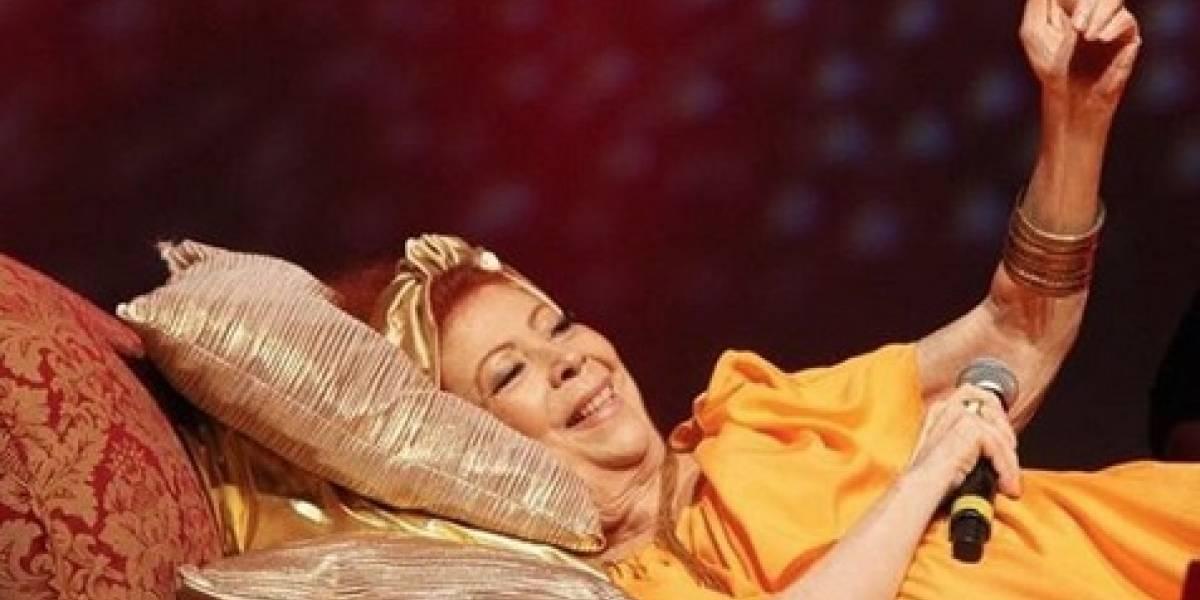 Com dores na coluna, Beth Carvalho faz show deitada e celebra 40 anos de disco