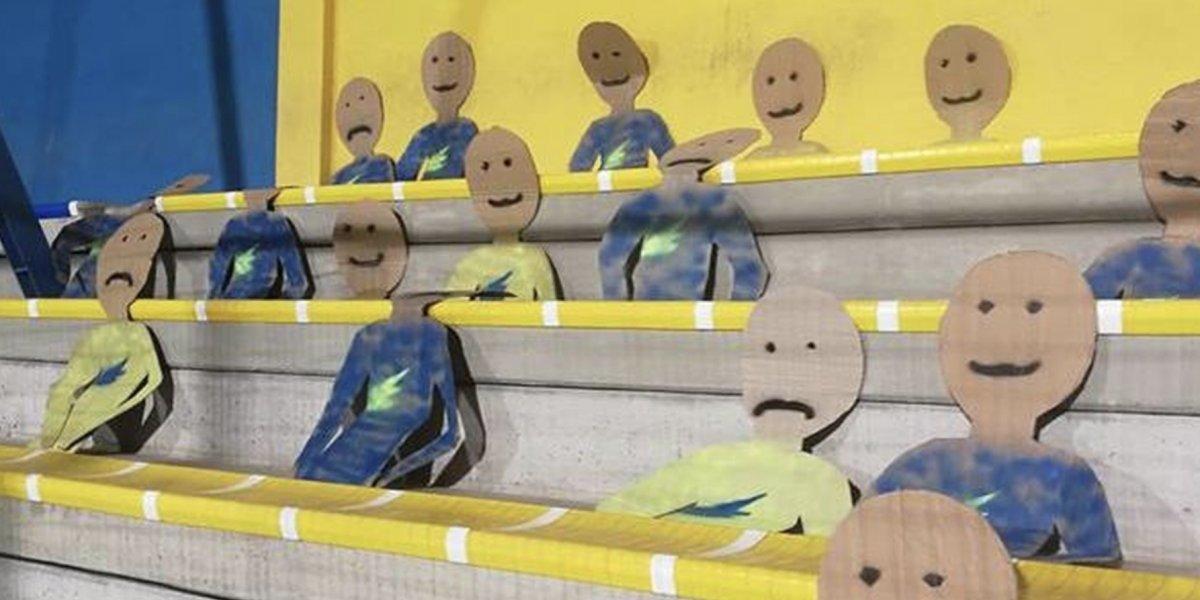 Colocan aficionados de cartón en partido de futbol