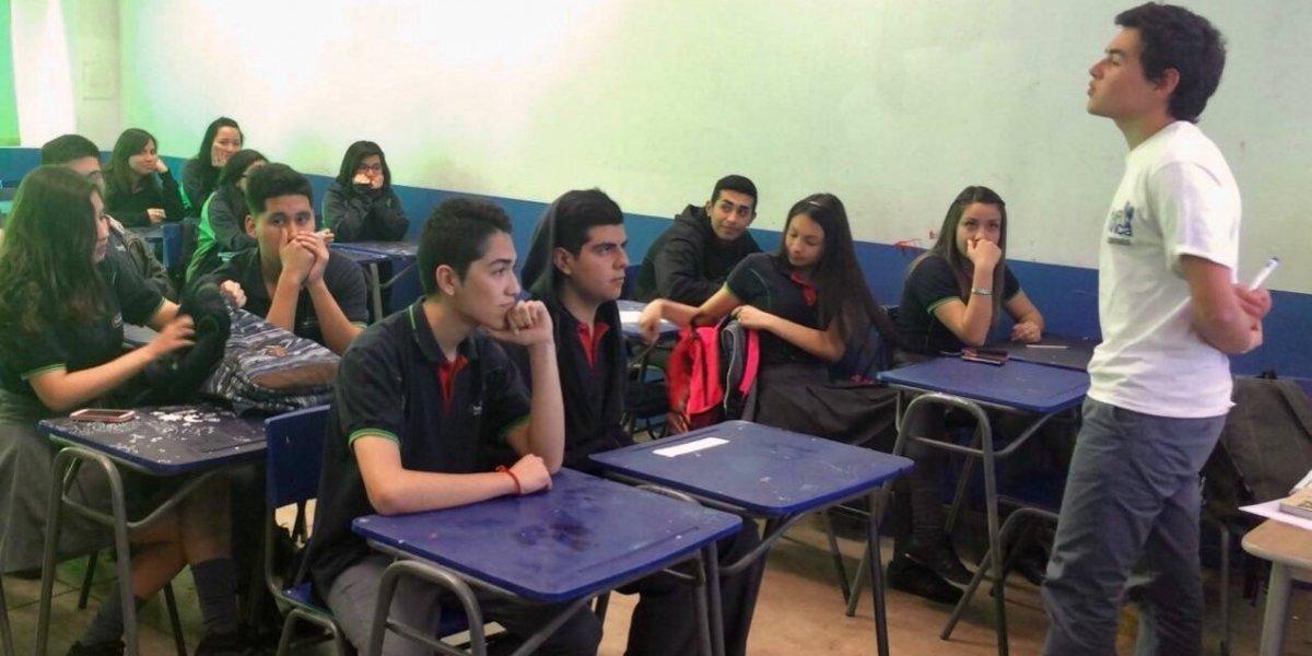 """Este grupo de universitarios dan """"pelea"""" por impartir educación cívica en los colegios de Santiago"""