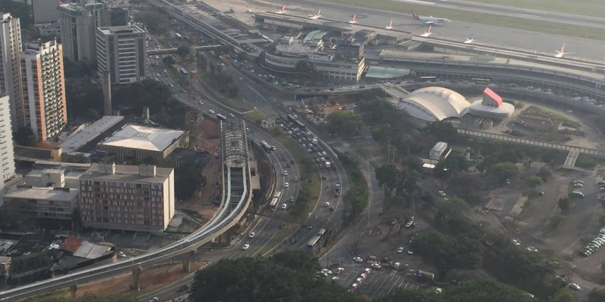 Taxistas fazem carreata em SP contra motoristas de aplicativos