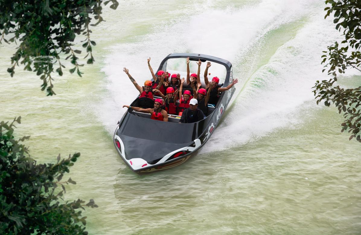 Jet acuático. Vive un recorrido de 85 km por hora por estrechos canales, con giros de 360° ¡especial para probar tu audacia! Cortesía