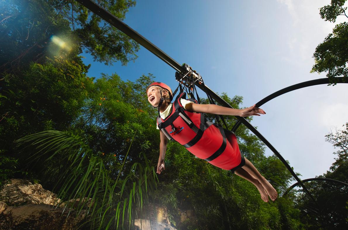 Vuelo del halcón. Deslízate en un circuito de tirolesa en posición horizontal desde 20 metros de altura, por un recorrido de 450 metros de largo. Cortesía