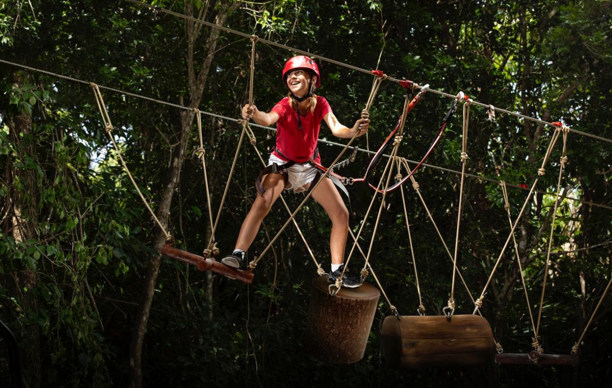 Reto en las alturas. Muestra tus habilidades y atrévete a enfrentar diversos obstáculos en este juego de cuerdas suspendido en el aire, con diferentes niveles de complejidad y altura. Cortesía