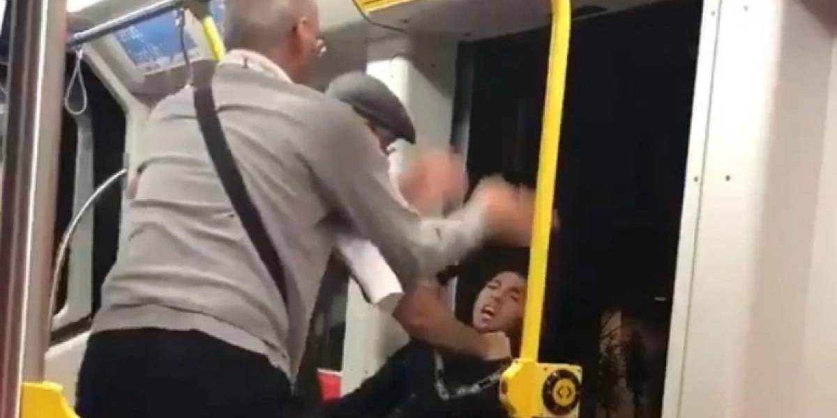 Dramático video: sujeto viajaba escuchando música sin audífonos y pasajeros intentan tirarlo fuera del tren